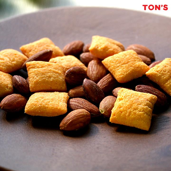 アーモンドと濃厚チーズインスナックのミックスナッツ